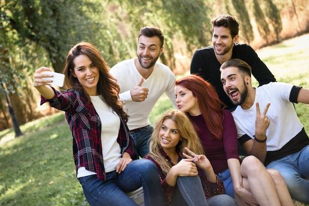 Fille de prendre une photo d'elle et de ses amis