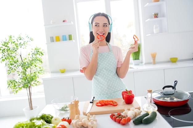Fille préparant le déjeuner dans une cuisine moderne