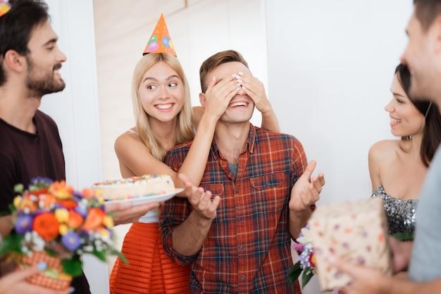 Fille a préparé le gars une surprise pour anniversaire