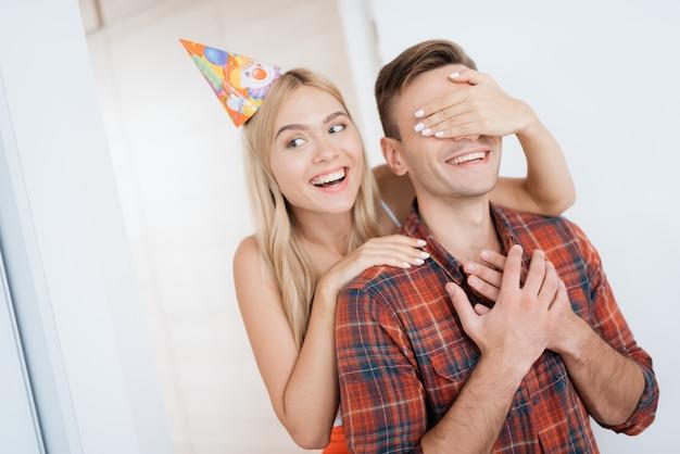 La fille a préparé le gars une surprise pour son anniversaire.