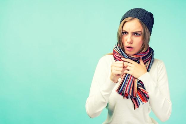 La fille présente des symptômes de coronavirus. rhume et grippe. portrait de belle adolescente avec toux et maux de gorge se sentant malade à l'intérieur. gros plan de la toux femme malsaine malade