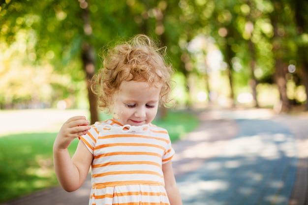 Fille princesse soufflant des bulles de savon avec le concept de l'enfance heureuse en forme de coeur