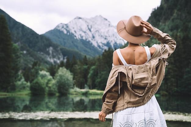 Fille profitant de la beauté de la nature en regardant le lac de montagne voyage d'aventure en slovénie europe