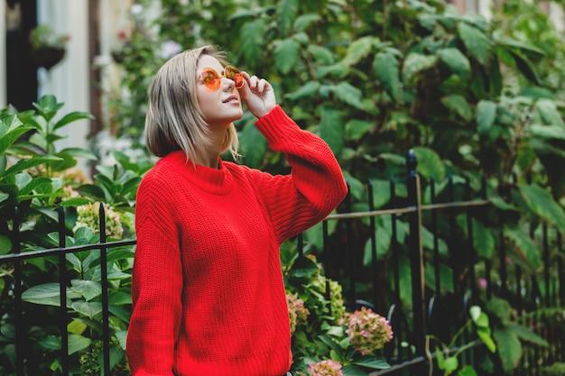 Fille en pull rouge à amsterdam