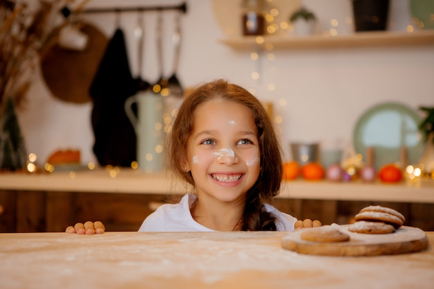 Fille en pyjama dans la cuisine