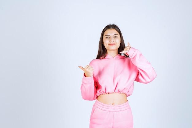 Fille en pyjama rose demandant d'appeler