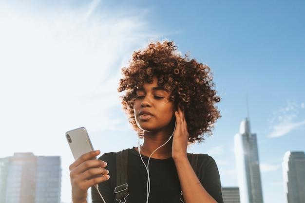 Fille qui écoute de la musique depuis son téléphone