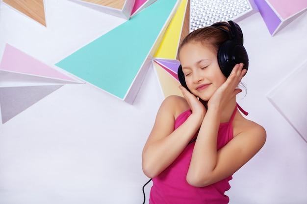 Fille qui écoute de la musique sur des écouteurs.
