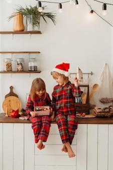 Fille recevant un cadeau de son frère