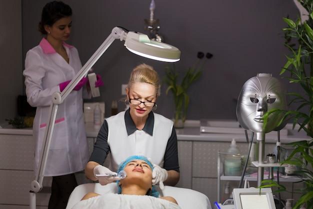 Fille recevant un soin du visage dans un salon de beauté