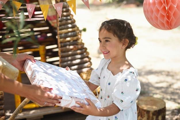 Fille reçoit un cadeau pour son anniversaire