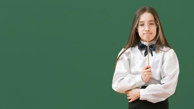 Fille réfléchie tenant le bâton