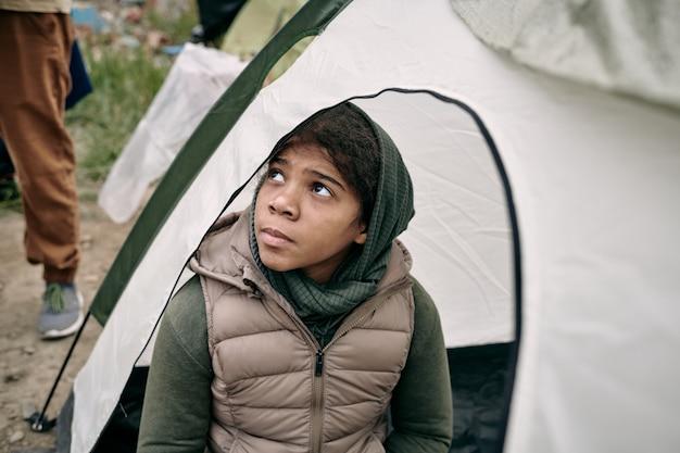 Fille réfugiée sans-abri