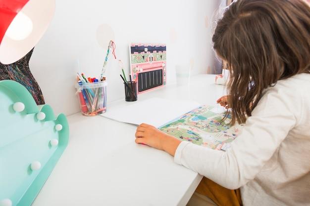 Fille regardant des photos dans un cahier
