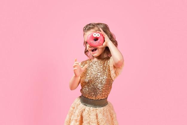 Fille regardant à travers le trou de beignet