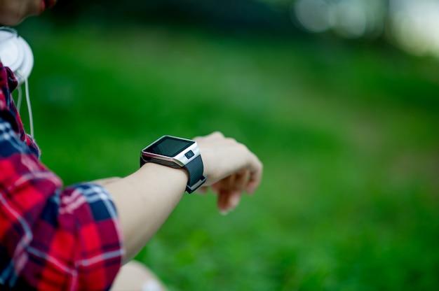 La fille regarde la montre