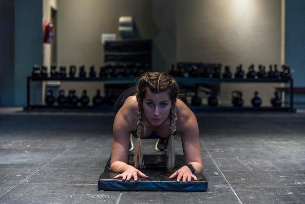 Fille de remise en forme faisant des exercices de flexion