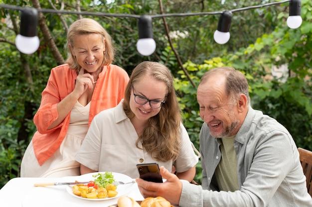 Fille rendant visite à ses parents pour un déjeuner chez eux