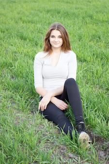 Fille reposant sur le champ vert. camping .