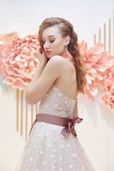 Fille en robe blanche de vacances, maquillage parfait