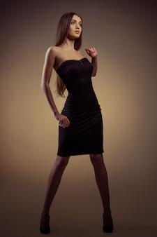Fille en robe noire