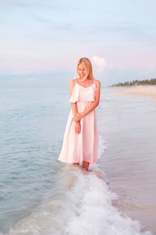 Fille en robe sur la plage