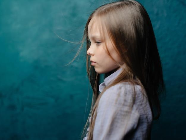 Fille en robe posant des émotions de studio. photo de haute qualité