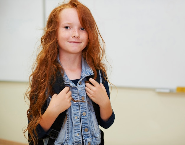 Fille rousse dans la salle de classe