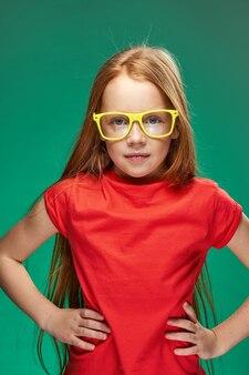 Fille rousse émotionnelle à lunettes jaunes t-shirt rouge émotions studio fond vert