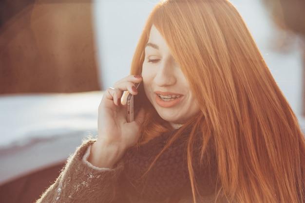 Fille rousse, parler au téléphone