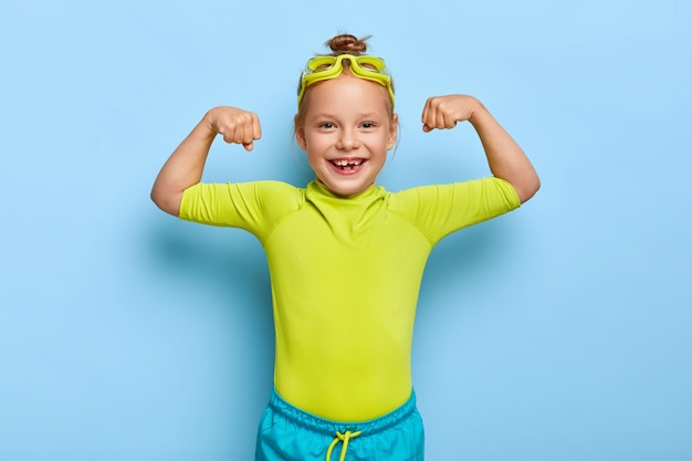 Fille rousse positive posant dans sa tenue de piscine