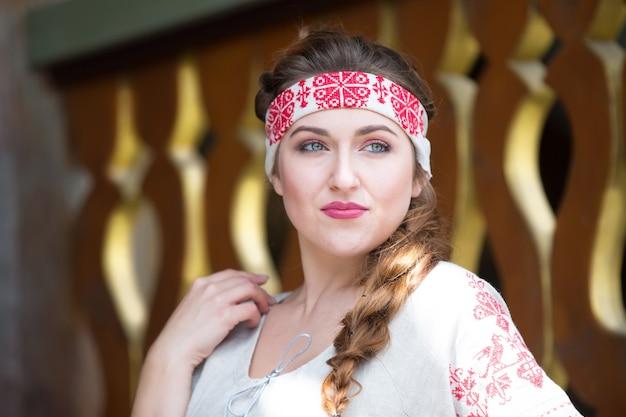 Fille russe en tenue nationale