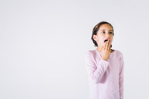 Une fille s'ennuie en bâillant