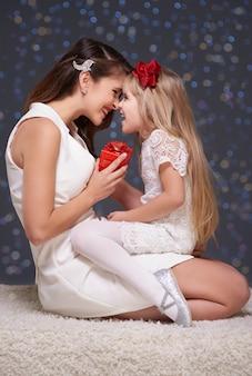 Fille et sa mère s'amusant ensemble