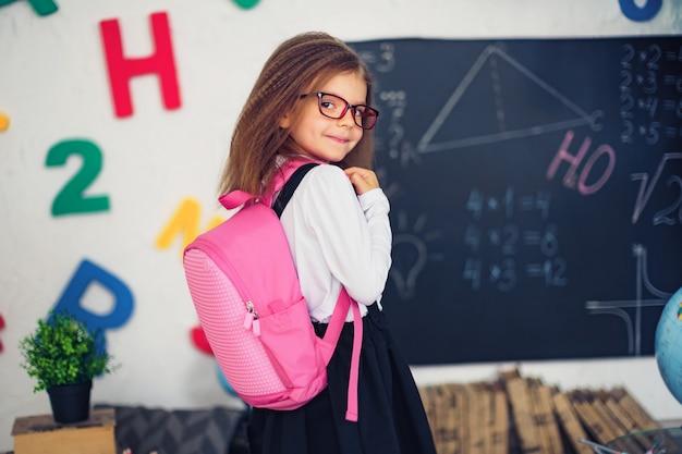Fille avec un sac à dos scolaire