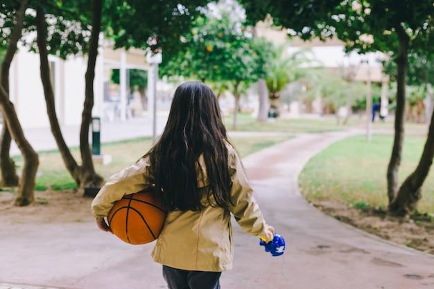 Fille sans visage avec ballon de basket
