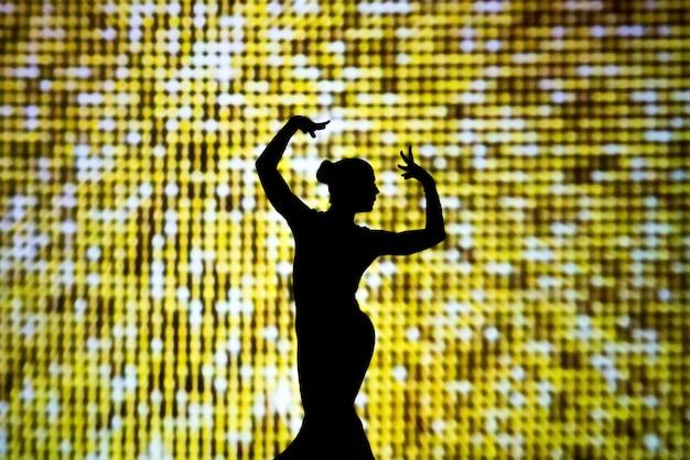 La fille sur la scène. silhouette de personne