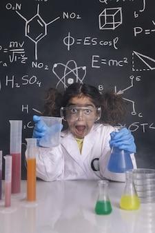 Fille de scientifique fou avec des flacons chimiques