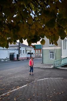 La fille se promène dans la ville en automne