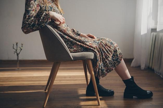 Fille se repose assis sur une chaise