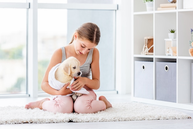 Fille se soucie du petit chien