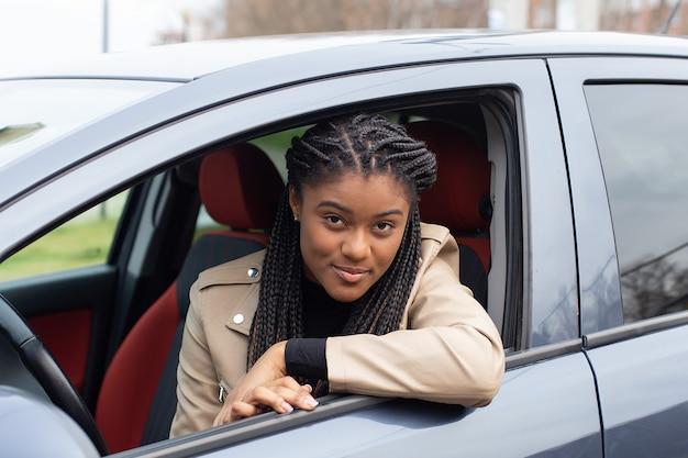 La fille sérieuse dans une voiture, afro-américaine