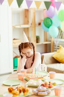 Fille seule à la fête d'anniversaire