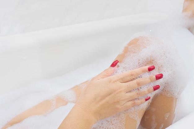 Fille sexy dans une baignoire blanche