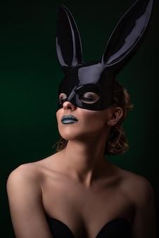 Fille sexy dans un masque de lapin noir