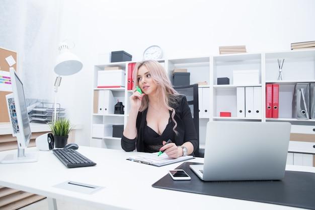 Fille sexy sur le lieu de travail à l'ordinateur