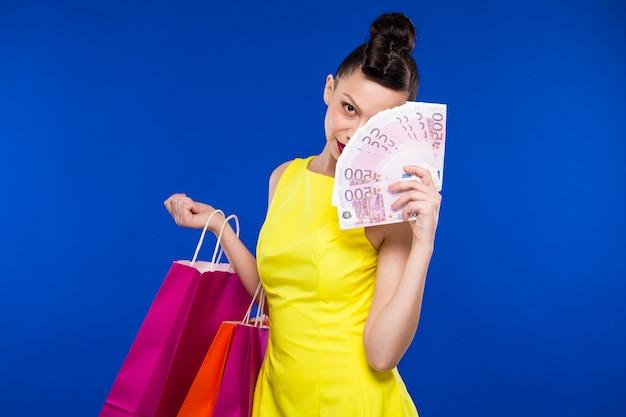 Fille avec shopping et argent