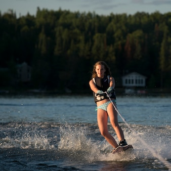 Fille de ski nautique dans un lac, lac des bois, ontario, canada