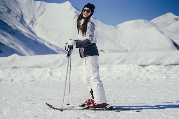 Fille avec ski