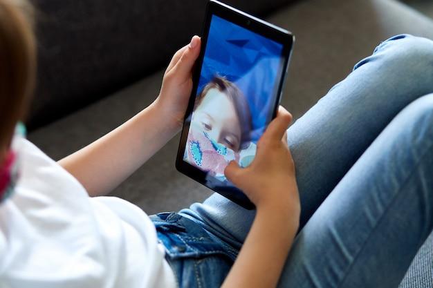 Fille avec smartphone prenant selfie ou communication à distance.